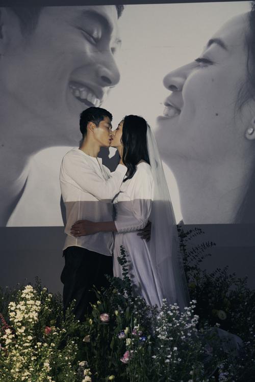 Trong hơn một năm yêu, Minh Nguyệt cảm nhận chồng sắp cưới là người chịu thương, chịu khó. Mỗi khi gặp bất đồng, cả hai không to tiếng với nhau mà chọn cách im lặng, suy nghĩ về điều đã xảy ra.