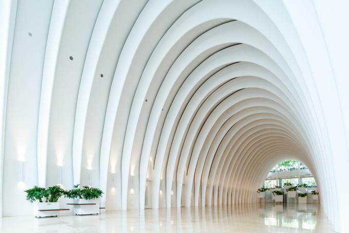 Sở hữu phong cách kiến trúc thanh lịch, tiền sảnh của Trung tâm Hội nghị White Palace được thiết kế với mái vòm vòng cung trắng muốt, trông rất ấn tượng. Địa điểm này có không gian biến chuyển linh hoạt, tạo nên những ý tưởng trang trí tinh tế dành tặng cho những khách hàng tổ chực tiệc cưới. Mỗi chủ đề trang trí là một câu chuyện đậm chất thơ với những gam màu trang nhã nhưng không kém phần sang trọng. Từng chi tiết được lồng ghép khéo léo, tỉ mỉ, tạo nên tổng thể thu hút mọi ánh nhìn.