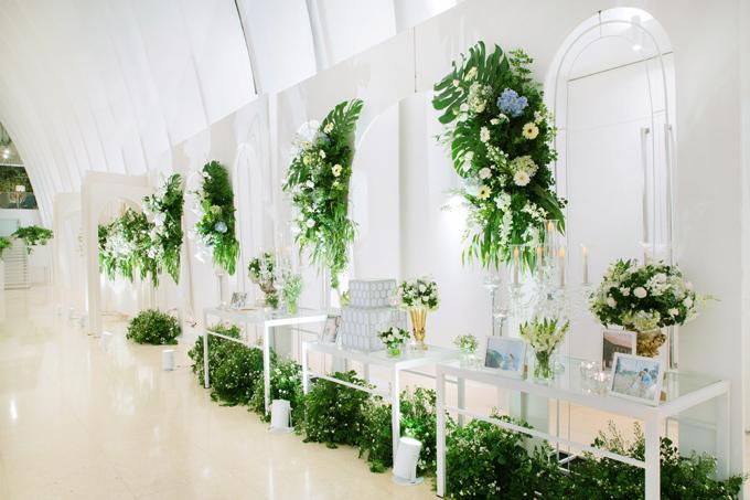 Lấy cảm hứng từ những vòm cửa trong kiến trúc châu Âu, Amorephảng phất nét cổ điển dành chocácđôi yêu thích sự chuẩn mực, tinh tế. Những ô cửa được kết hoa rơi nhẹ nhàng bên trên, lá xanh điểm xuyết bên dưới để dẫn lối vào không gian đặc biệt bên trong.
