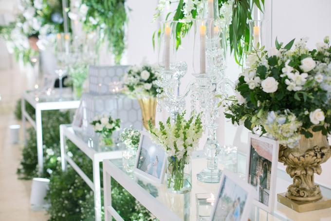 Những chi tiết trang trí bàn tiệc như nến và hoa trên nền màu trắng tinh khôi sẽ tạo nên một không gian thanh nhã.