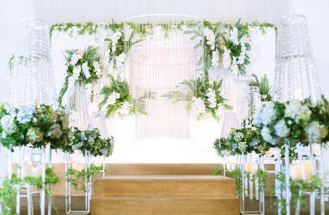 Với không gian cưới Starry Luxe, bên cạnh hoa tươi, những chuỗi pha lê lấp lánh được sử dụng như một chất liệu hài hòa miêu tả niềm hân hoan, rạng rỡ trong ngày trọng đại của các đôi.