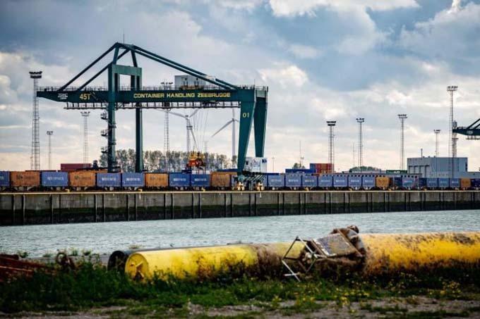 Container nối đuôi nhau khi cập cảng Zeebrugge, Bỉ, hôm 24/10. Ảnh: AFP.