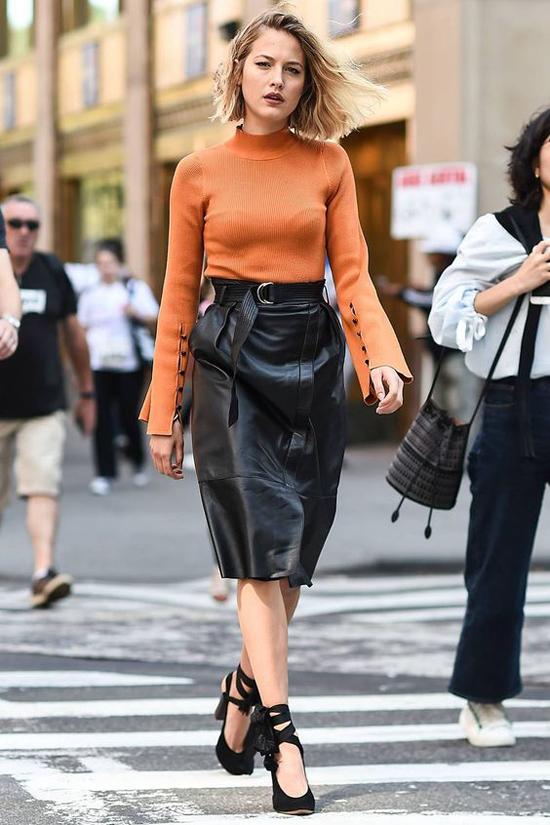 Những điểm nhấn nhẹ nhàng ở đường thắt eo đã khiến trang phục mùa đông trở nên hấp dẫn hơn.