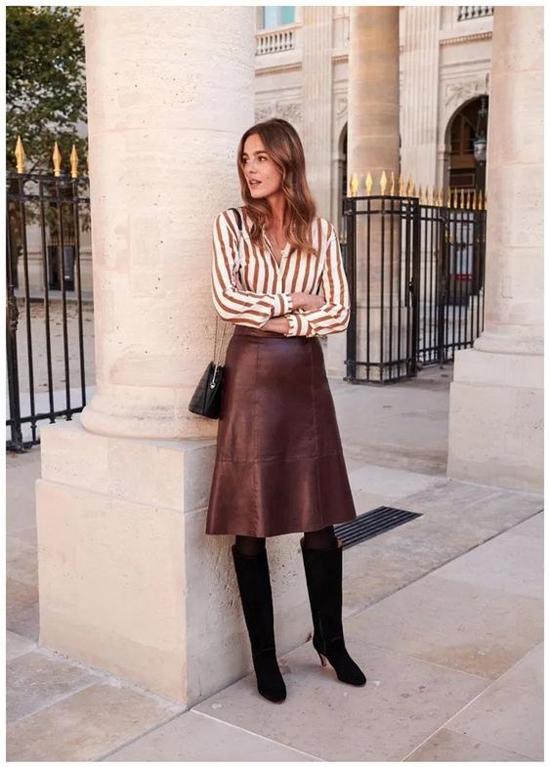 Những kiểu bốt cao cổ, bốt da lộn luôn là người đồng hành lý tưởng của các kiểu váy da hợp tiết trời se lạnh.