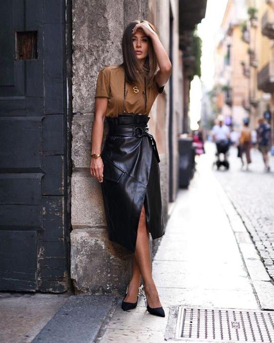 Sau mẫu váy chữ A dáng ngắn, phái đẹp có thêm kiểu váy vạt xéo, xẻ chân váy cao để tôn nét gợi cảm khi dạo phố.
