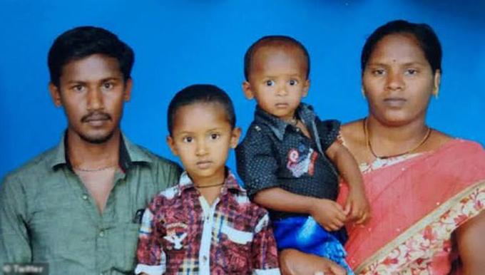 Bé Sujith (thứ hai từ phải sang) cùng gia đình trước khi bị ngã xuống giếng sâu và qua đời. Ảnh: Twitter.