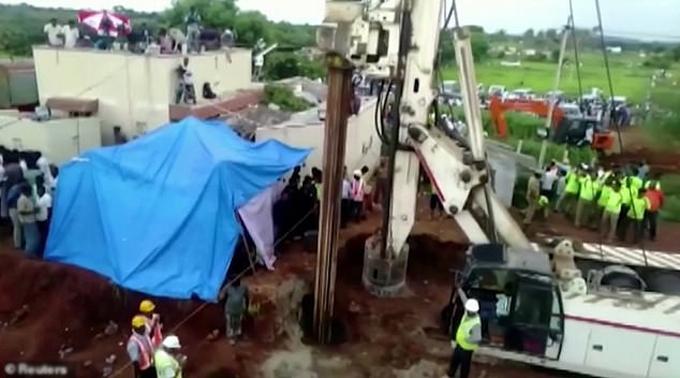 Hoạt động giải cứu bé Sujith ở làng Nadukattupatti, bang Tamil Nadu, Ấn Độ. Ảnh: Reuters.