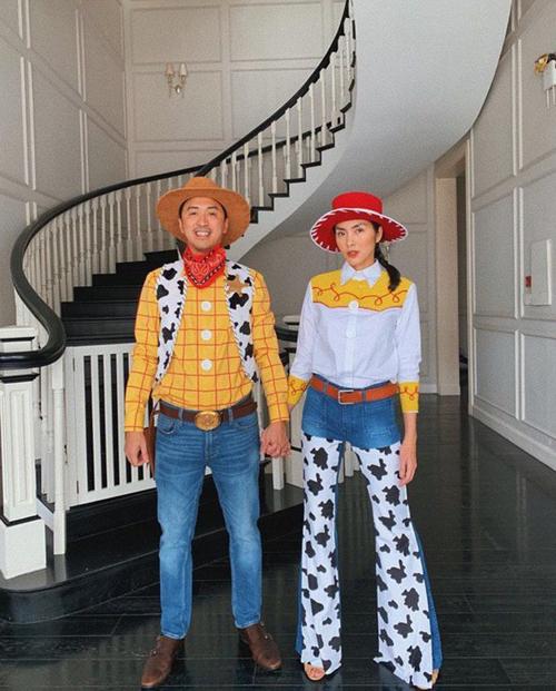 Vợ chồng Tăng Thanh Hà hóa thân thành bộ đôi Woody và Jessie trong bộ phim hoạt hình nổi tiếng Toy Story 2. Ngọc nữ chia sẻ: Happy Halloween. Jessie trong phim thích Buzz Lightyear, còn Jessie này thích Woody Louis Nguyễn này thôi.