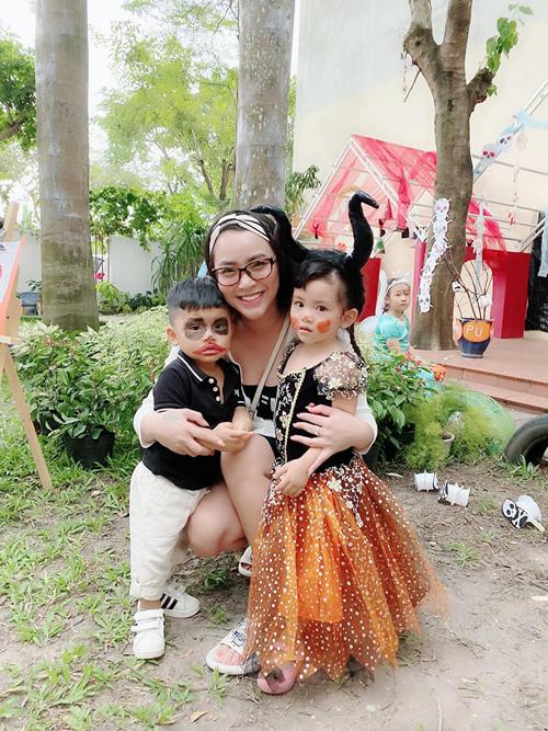 Ca sĩ Hải Băng đưa hai con đi dự lễ hội hóa trang tại trường.