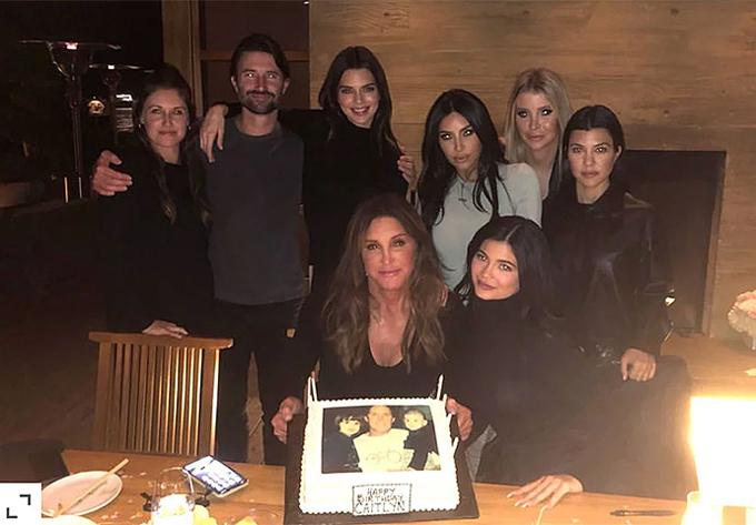 Kylie cùng các thành viên trong gia đình chúc mừng sinh nhật bố (bên trái phía dưới).