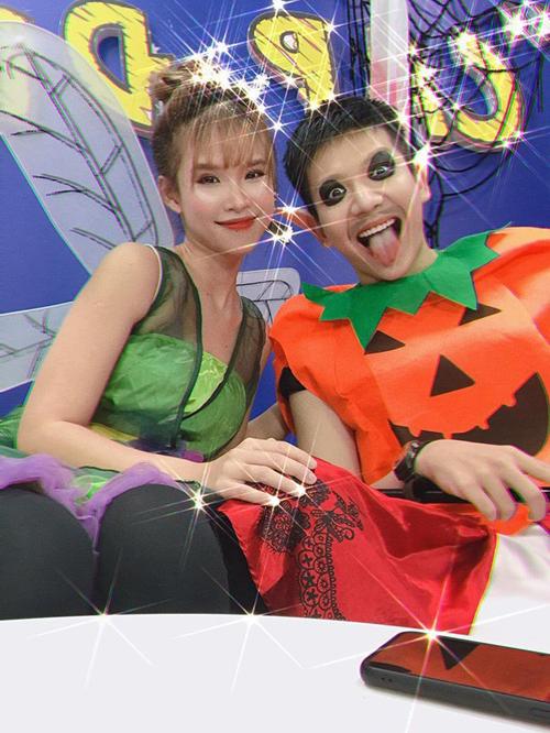 Vợ chồng Khởi My -Kelvin Khánh với trang phục quả bí ngô đáng yêu.