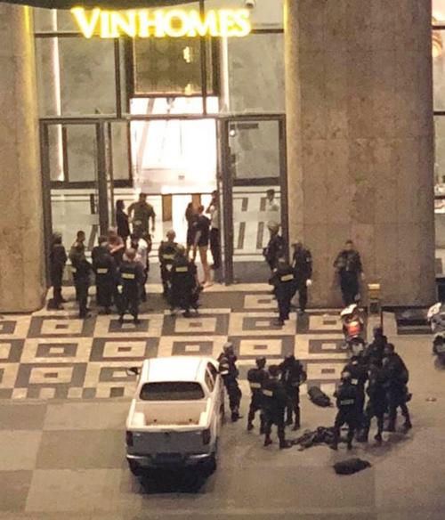 Toà nhà Landmark 81 khi cảnh sát có mặt. Ảnh: Người dân cung cấp.