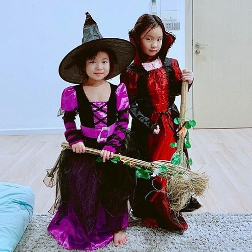 Hai nhóc tỳ nhà Lý Hải – Minh Hà hóa thân thành những phù thủy nhí đáng yêu và chổi bay.