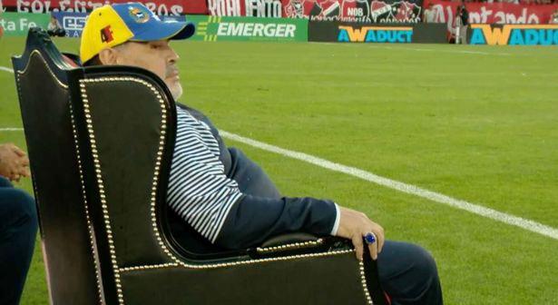 Maradona ngồi ngai vàng xem các học trò thi đấu.