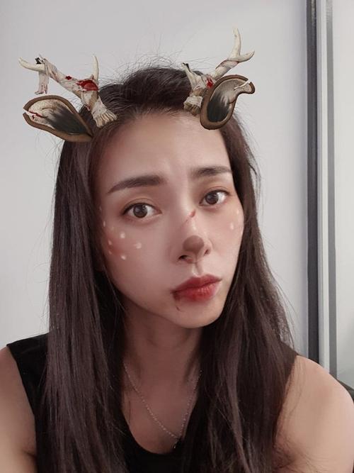 Đả nữ Ngô Thành Vân với hình tượng chú tuần lộc có gương mặt máu me nhờ phần mềm chụp ảnh trên điện thoại.