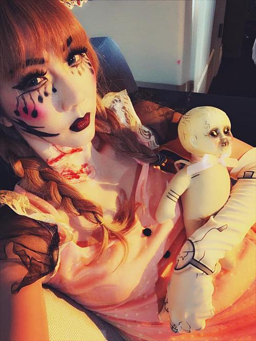 Người mẫu Ngọc Quyên trang điểm thành búp bê ma kinh dị tại Mỹ.