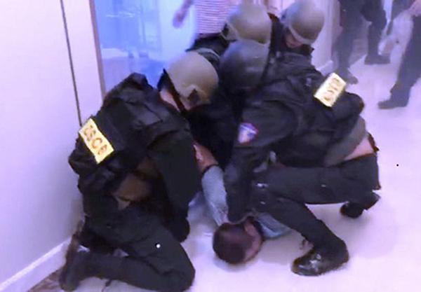 Cảnh sát cơ động khống chế Đạt. Ảnh: K.T