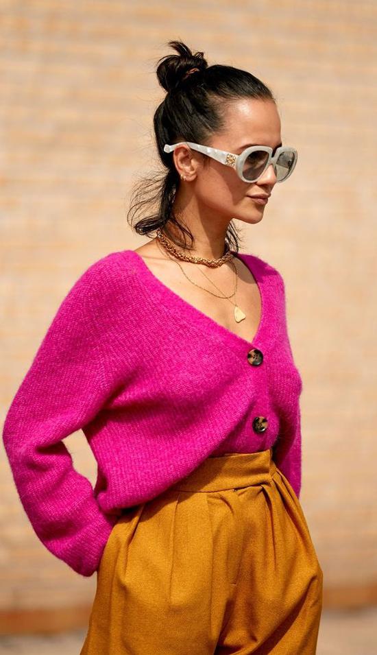 Hồng cánh sen, xanh lá cây, vàng chanh... thiên về sắc đậm là những tông màu được hàng loạt fashionista thế giới lăng-xê.