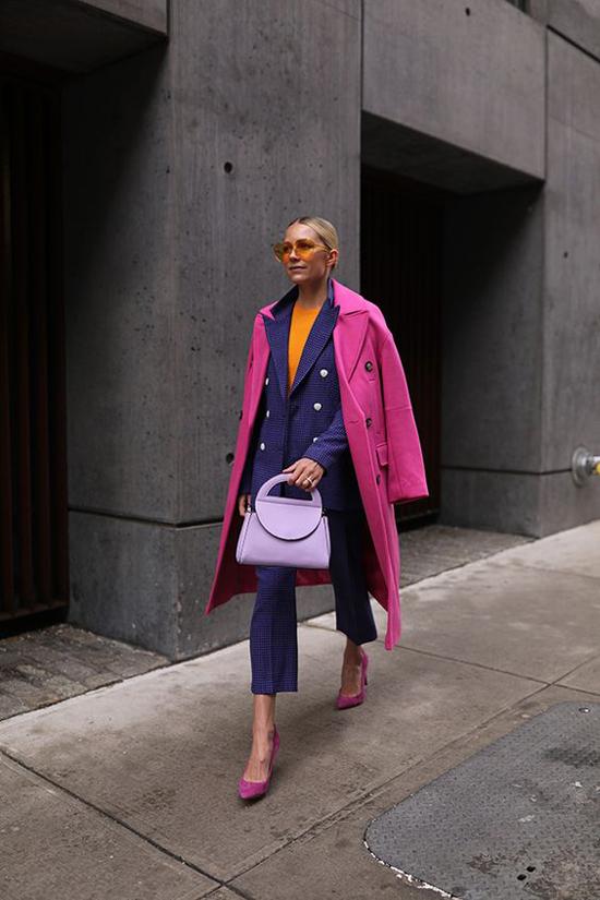 Để đảm bảo độ hài hoà cho tổng thể, người mặc nên chú ý đến điểm nhấn xuyên suốt về màu sắc, ví dụ như cách phối màu đồng điệu cho áo khoác, giày cao gót.