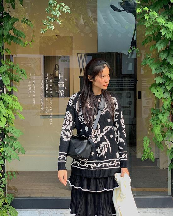 Áo len họa tiết tông màu tương phản mang tới sự nhẹ nhàng cho set đồ dạo phố ngày se lạnh của Kim Dung.