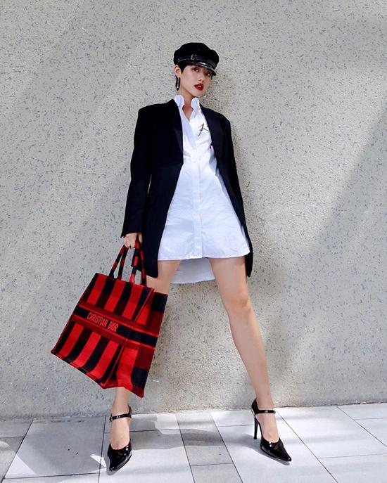 Khánh Linh cá tính với mốt giấu quần khi chọn sơ mi dáng rộng để phối cùng áo blazer tông màu tương phản.