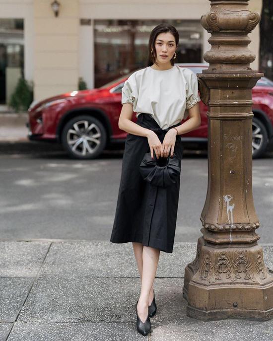 Lệ Hằng thanh lịch và sang trọng với chân váy quấn đi cùng áo kaki, phụ kiện đi kèm là túi Croissant tiệp màu giày mũi nhọn.