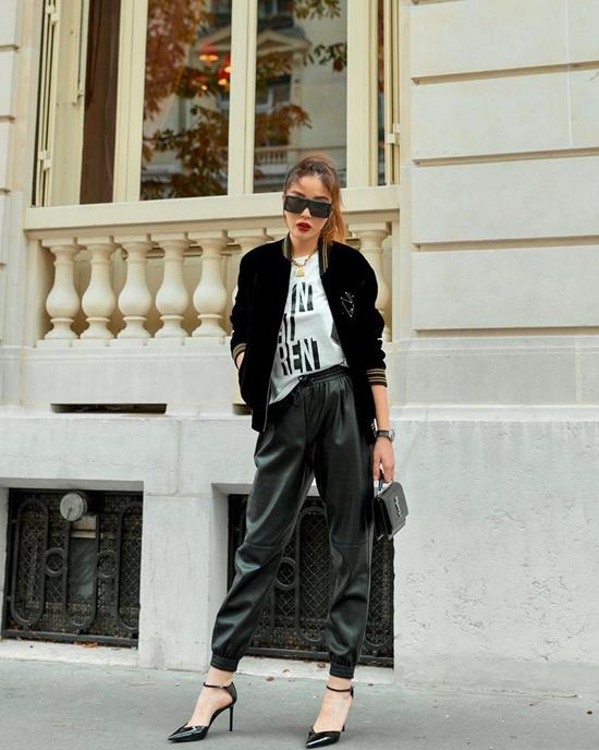 Kỳ Duyên chọn cách phối màu trắng đen quen thuộc với những món đồ mang đặc trưng của phong cách thu đông như áo bomber nhung, quần da đen.