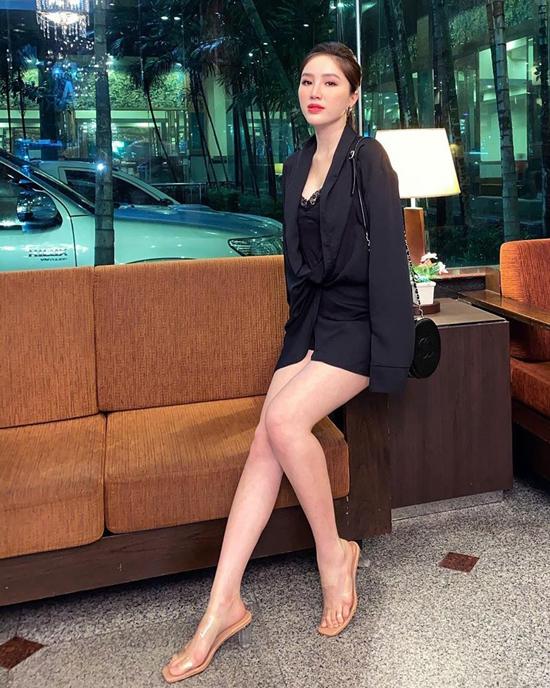 Bảo Thy khoe chân dài sexy với mốt diện blazer dáng rộng cùng váy hai dây tiệp màu.