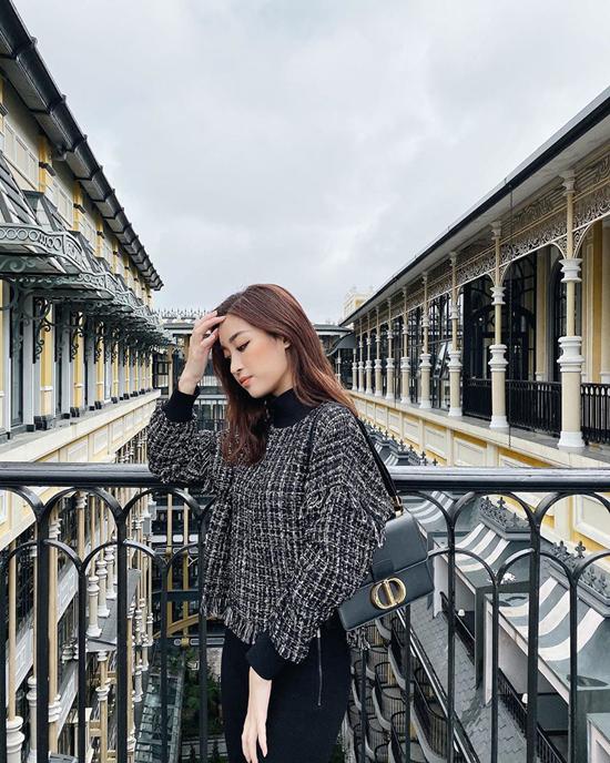 Đỗ Mỹ Linh chọn áo vải tweed mang lại sự ấm áp cho set đồ mùa thu khi có dịp công tác tại Sa Pa. Túi Dior tiệp sắc màu được hoa hậu chọn lựa để hoàn thiện set đồ.