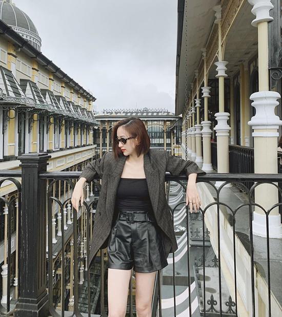 Hà Thu thể hiện vẻ đẹp vừa thanh lịch vừa sexy với lối mix áo blazer cùng quần short da và áo quây hài hòa về màu sắc.