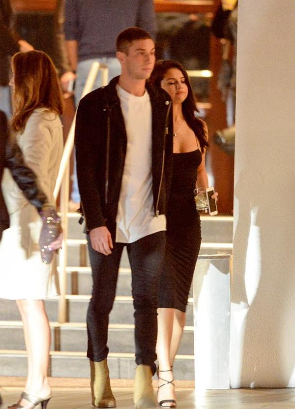 Cặp đôi tay trong tay rời câu lạc bộ đêm ở Los Angeles vào tháng 1/2016.