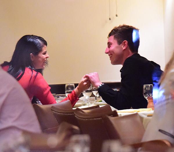 Selena nắm tay Samuel Krost trong nhà hàng hồi năm 2015.