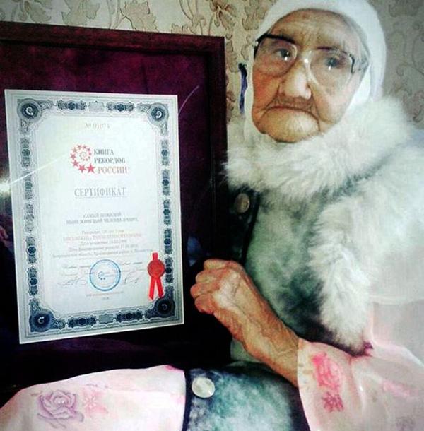 Cụ Tanzaniailya cầm bằng công nhận cao tuổi nhất Nga trước khi qua đời, thọ 123 tuổi. Ảnh: East2west News.