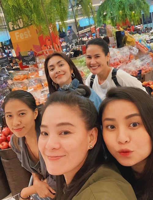 Tăng Thanh Hà đi chơi cùng hội chị em, trong đó có Thân Thúy Hà và bà xã Phạm Anh Khoa. Cả nhóm sang Thái Lan, mua sắm ở trung tâm thương mại Siam Paragon.