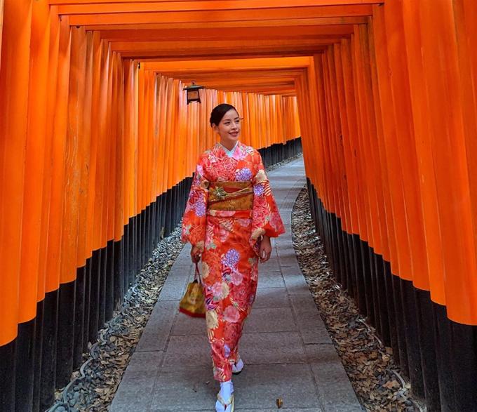 Chi Pu chọn tháng 10 để du lịch Nhật Bản và tận hưởng mùa thu ở xứ sở hoa anh đào. Cô nàng khiến người xem trầm trồ vì canh được đúng lúc không có người để chụp bức ảnh kinh điển ở ngôi đền cổng đỏ nổi tiếng Fushimi Inari Shinre (Kyoto). Người đẹp còn dạo chơi công viêncông viên Disneysea Tokyo và ghé qua Osaka - thành phố yêu thích nhất ở Nhật Bản của nữ ca sĩ. Osaka vẫn là thành phố mình muốn đi lại thêm nhiều lần nữa. Cứ vui vui đỉnh đỉnh ý, Chi Pu viết.