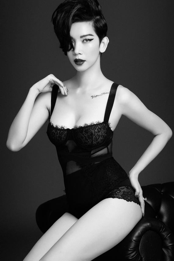 Xuân Lan tự tin khoe đường cong và thần thái cuốn hút trong bộ ảnh trắng đen. Cô sở hữu vóc dáng gợi cảm, số đo ba vòng 86-59-91.