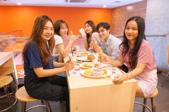 Đặc biệt, những combo trọn vẹn càng làm tăng thêm sức hấp dẫn của Gà Tiêu Chanh khi đi cùng khoai tây chiên, bánh nướng mật ong hay bắp cải trộn nổi tiếng của chuỗi gà rán.