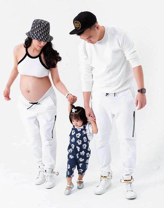 Nữ diễn viên mặc trang phục phong cách thể thao, khoe vòng hai tròn vo bên ông xã Nghiêm Đức và con gái đầu - Boorin.