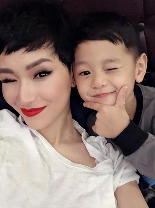 Bé Gia Hy rất khéo nịnh mẹ. Cậu bé thường xuyên nói lời yêu thương và khen mẹ xinh đẹp.
