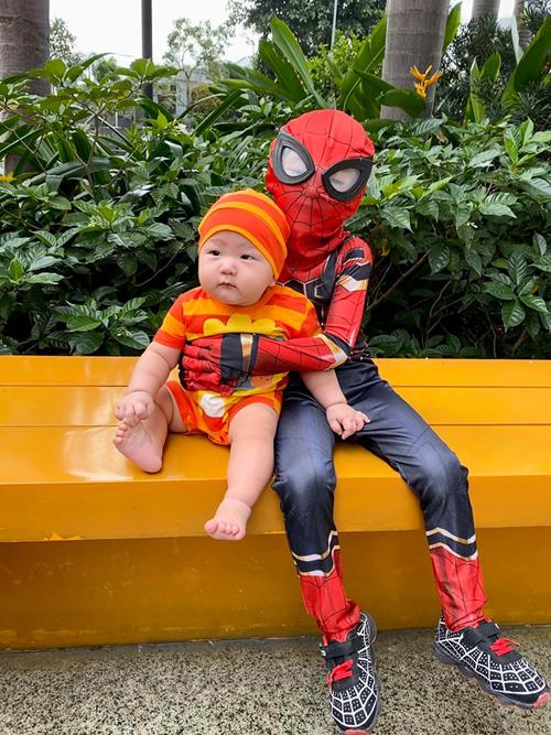 Ngày Halloween, Trà My chuẩn bị trang phục cho con trai lớn Gia Hy tham gia lễ hội hóa trang ở trường. Cậu bé thích thú khi được làm người nhện. Vì bận rộn, nữ ca sĩ quên không chuẩn bị đồ cho con trai thứ hai nên cô diện cho con bộ đồ màu sắc cho có không khí.