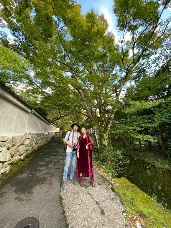 Trên đường dẫn vào ngôi đền cổ Hosen-in,hai khu vườn xanh mướt cùng rừng trúc và hàng ngàn cây sala hơn 300 tuổi khiến Đoan Trang say đắm. Cô khám phá ngôi đền cổ được xây dựng đầu thế kỷ XI được mệnh danh ngôi đền đẫm máu của Kyoto dưới thời Edo.
