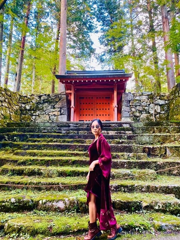 Trên đường dẫn vào ngôi đền cổ Hosen-in, hai khu vườn xanh mướt cùng rừng trúc và hàng ngàn cây sala hơn 300 tuổi khiến Đoan Trang say đắm. Cô khám phá ngôi đền cổ được xây dựng đầu thế kỷ XI được mệnh danh ngôi đền đẫm máu của Kyoto dưới thời Edo.