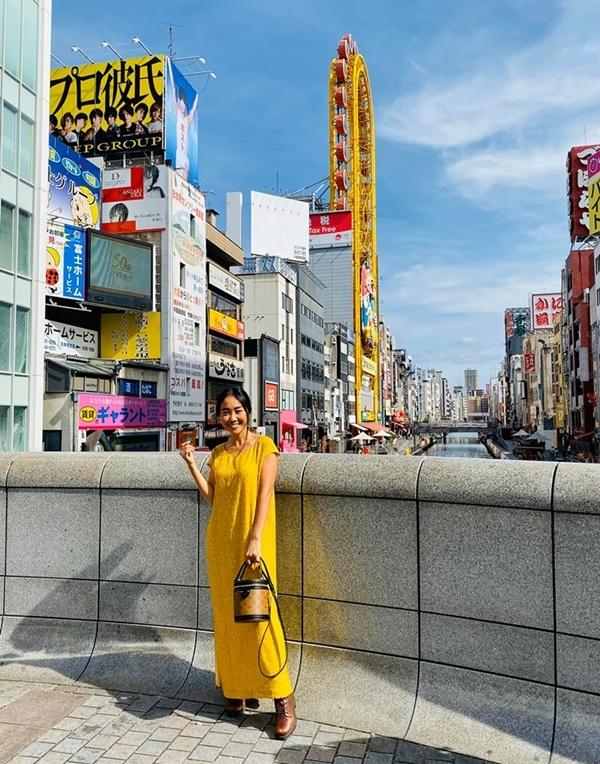 Nữ ca sĩ tung tăng đi dạo trên phố Dotonbori, sau khi chụp vài tấm ảnh bên sông và tượng Spider man, cô được bạn bè đãi món cua trứ danh của Hokkaido trong nhà hàng nổi tiếng ở Osaka.