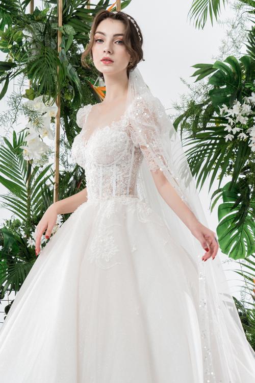 Chiếm phần lớn trong các thiết kế là đầm cưới 2 trong 1, làm từ ren hoa nhẹ nhàng xuất hiện chấm phá dọc thân.