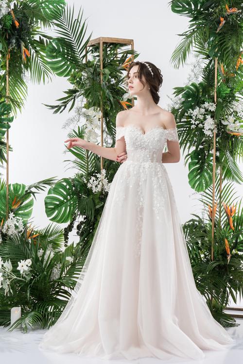 Họa tiết hoa nhí cùng ngôn ngữ của những thước vải voan giúp bộ váy mang đậm sự lãng mạn, mơ mộng.