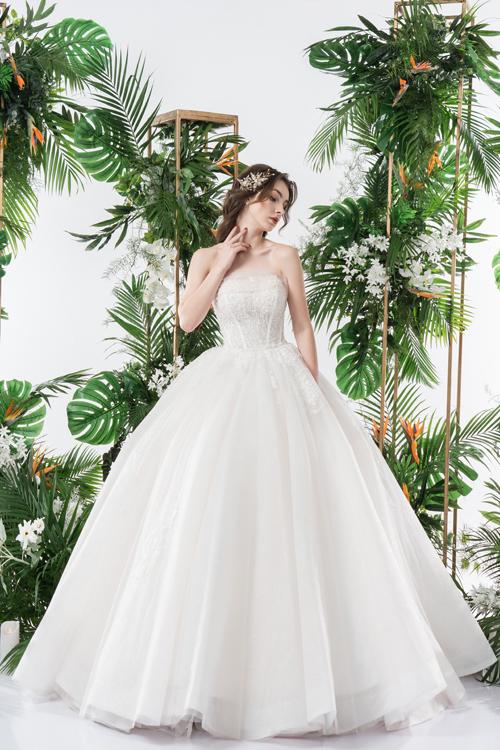 Váy giúp cô dâu trở thành nàng công chúa đích thực, có điểm nhấn ren xuất hiện ở thân trên tới ngang đùi.