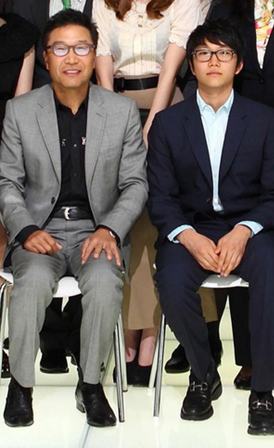 Lần xuất hiện hiếm hoi trước truyền thông của thiếu gia thừa kế SM Lee Huyn Gyu (phải) bên cạnh cha mình, ông Lee Soo Man. Ảnh: All Kpop.