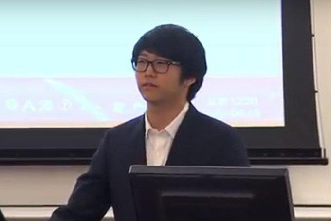 Hình ảnh Lee Huyn Gyu cắt ra từ clip làm phiên dịch cho cha tại đại học Stanford.