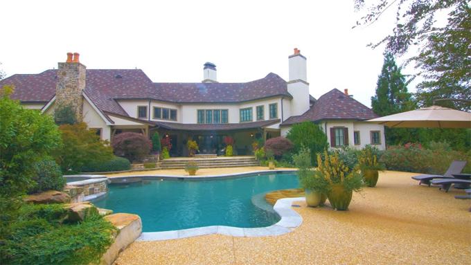 Phía sau biệt thự là bể bơi xinh xắn và vườn hoa.