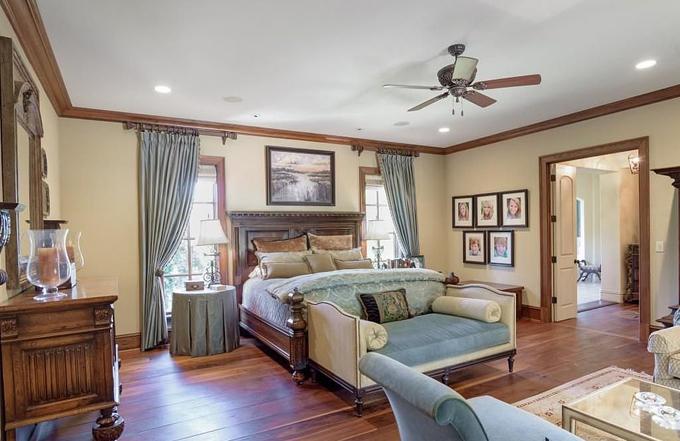Các phòng ngủ ở trên tầng 2 với thiết kế tươi sáng hơn.